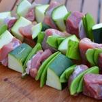 Brochettes de porc et pois gourmands Monter les brochettes