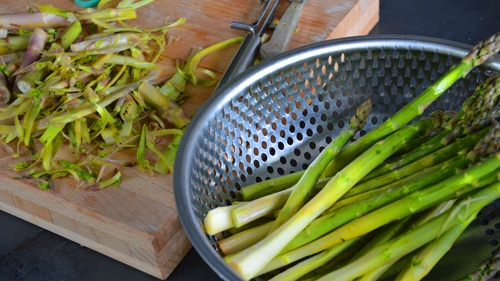 Eplucher les asperges vertes