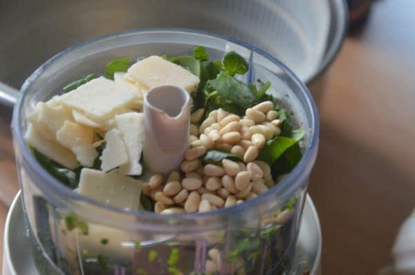 Ajouter parmesan et pignons et mixer