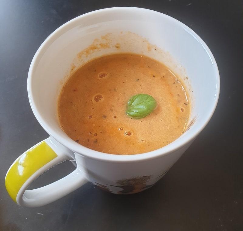 Soupe à la tomate aux herbes