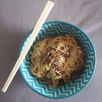 Bouillon de nouilles au bœuf et au chou chinois